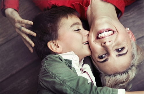 Мальчик шалит с мамой фото 639-952