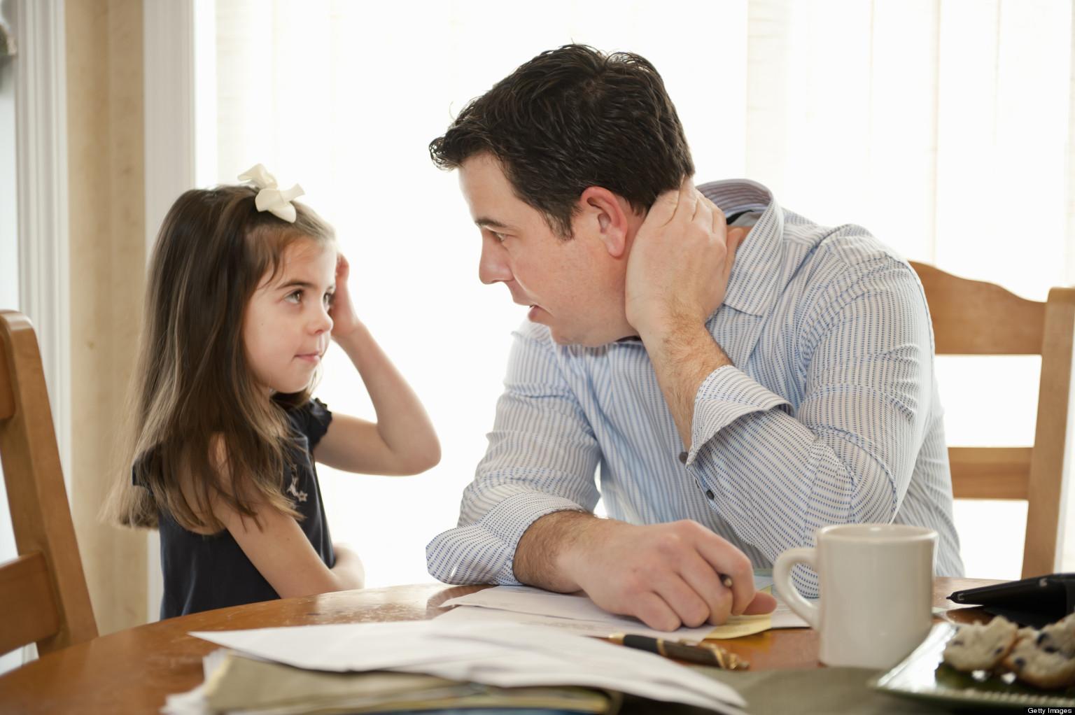 Ребенок разговаривает с родителями фото